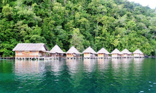 Resort-resort di Pantai Ora ini dibangun di atas laut dengan terumbu karang dan ikan beraneka warna menghiasi dasar laut