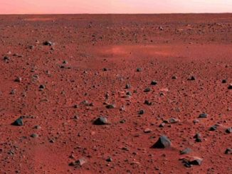 Foto ini diambil oleh kamera panorama Rover Spirit yang mengeksplorasi Mars. Gambar ini menunjukkan dataran Mars barat daya dari lokasi pendaratan alat jelajah. Tidak banyak variasi di permukaan Mars ini, meski terlihat tanjakan sekitar 7-8 km di cakrawala
