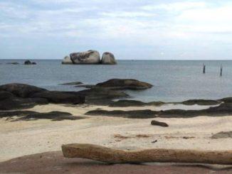 Pantai Tanjung Tinggi yang kini populer dengan nama Pantai Laskar Pelangi
