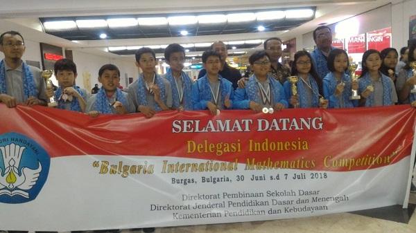 Arshanada Putranta dari SDK 6 PENABUR Jakarta bersama delegasi Indonesia lainnya sepulang dari Bulgaria International Mathematics Competition (BIMC) 2018 di Bandara Soekarno Hatta, Jakarta