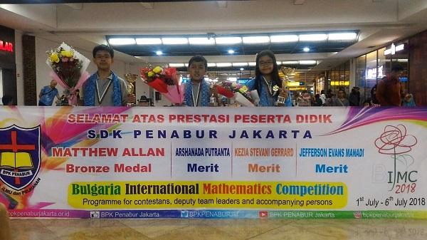 Arshanada Putranta dari SDK 6 PENABUR Jakarta bersama peserta didik BPK PENABUR Jakarta lainnya di Bulgaria International Mathematics Competition (BIMC) 2018 saat tiba di Bandara Soekarno Hatta, Jakarta