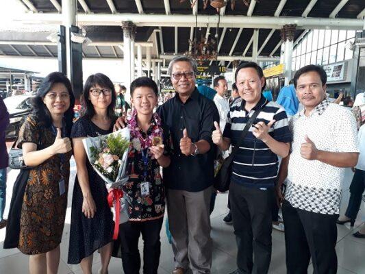 Edward Humianto bersama kedua orangtuanya dan pengawas sekolah saat menyambut kedatangannya di Bandara Soekarno Hatta