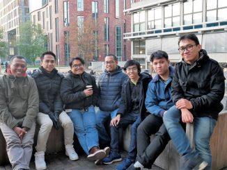 Beberapa mahasiswa Indonesia yang sedang kuliah di Belanda bersama tim KalderaNews. Foto diambil di halaman Vrije Universiteit Amsterdam
