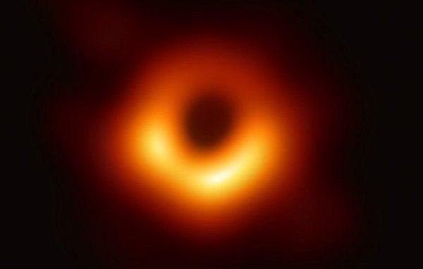Foto pertama lubang hitam yang didapatkan lewat observasi dengan Event Horizon Telescope (EHT)