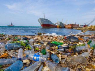 Tumpukan sampah plastik di tepi pelabuhan