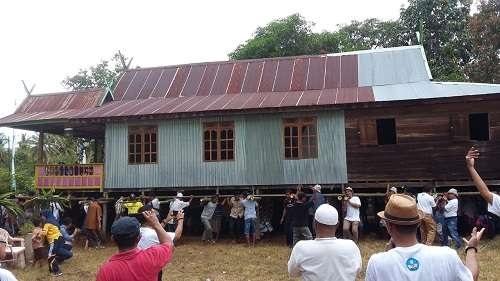 Tradisi Marakka bola (mappalette) di Kabupaten Barru, Sulawesi Selatan