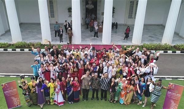 Wakil Menteri Luar Negeri RI, A.M. Fachir bersama para peserta Program Beasiswa Seni dan Budaya Indonesia (BSBI) 2019 di Gedung Pancasila, Kementerian Luar Negeri RI, pada Jumat, 10 Mei 2019