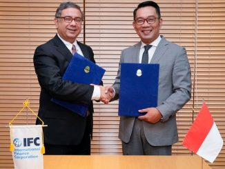 IFC's Director for East Asia and the Pacific, Vivek Pathak and West Java's Governor, Ridwan Kamil