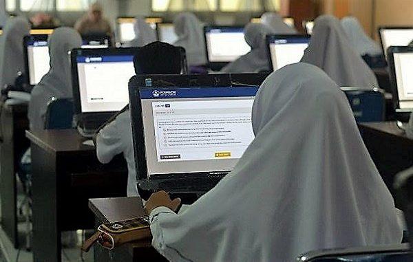 Peserta didik mengikuti Ujian Nasional Berbasik Komputer tingkat SMA