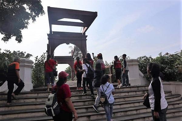 Tim Multimedia SMP Santo Antonius Jakarta di Jembatan Kota Intan
