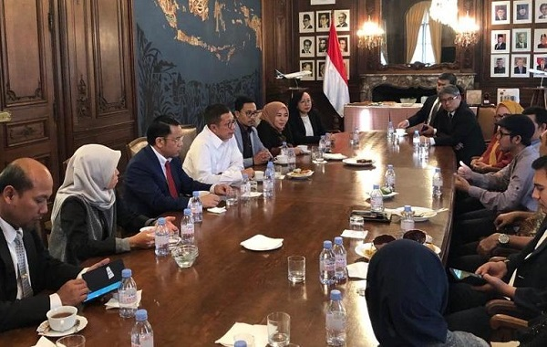 Menteri Agama Lukman Hakim Saifuddin berdiskusi dengan para penerima beasiswa 5000 doktor Kemenag RI di Belanda