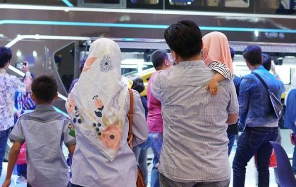 Pengunjung Gaikindo Indonesia International Auto Show (GIIAS) 2019 yang diselenggarakan di ICE BSD Tangerang