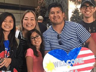 Peserta program Beasiswa YES bersama keluarga asuhnya di Amerika