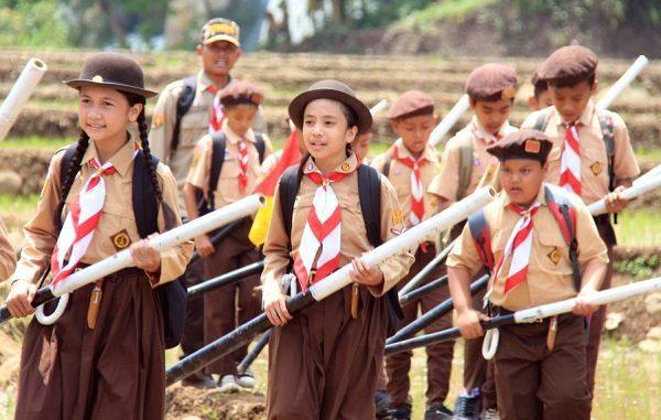 Para siswa mengikuti kegiatan pramuka