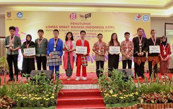 Para pemenang Lomba Debat Bahasa Indonesia (LDBI) dan National Schools Debating Championship (NSDC) 2019