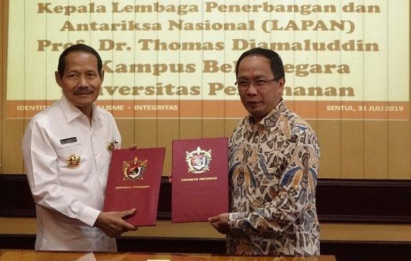 Kepala LAPAN, Prof. Dr. Thomas Djamaluddin dan Rektor Unhan, Letnan Jendral TNI Dr. Tri Legionosuko