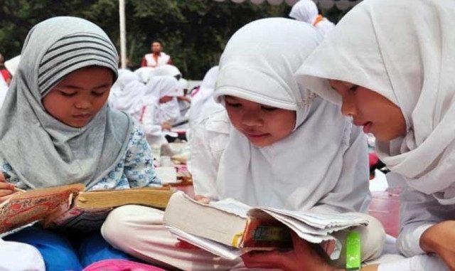 Sejumlah anak membaca Al Quran