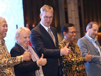 Kepala Delegasi Uni Eropa untuk Indonesia, Vincent Piket bersama Deputi Menteri BAPPENAS bidang Ekonomi, Bambang Prijambodo dan Direktur Jenderal Pengembangan Ekspor Nasional Kementerian Perdagangan RI Dody Edward saat meresmikan peluncuran proyek ARISE+