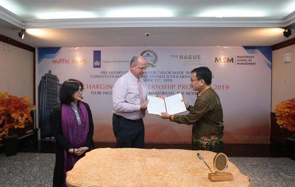Direktur Nuffic Neso Indonesia, Peter van Tuijl (tengah) menyerahkan beasiswa secara resmi kepada Sekjen MKRI, Guntur Hamzah (kanan), didampingi Koordinator Beasiswa Nuffic Neso Indonesia, Indy Hardono