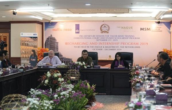 Direktur Nuffic Neso Indonesia, Peter van Tuijl (paling kiri) memberikan sambutannya sebelum menyerahkan beasiswa secara resmi kepada Sekjen MKRI, Guntur Hamzah (tengah) bersama Koordinator Beasiswa Nuffic Neso Indonesia, Indy Hardono