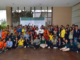 Pendiri Tanoto Foundation, Sukanto Tanoto dan Tinah Bingei Tanoto berfoto bersama Tanoto Scholars di sebuah acara Tanoto Sholars Gathering 2015