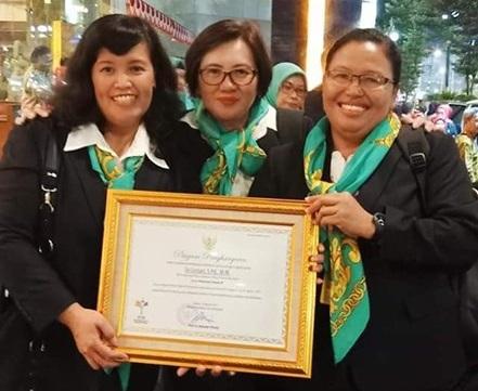 Kepala TKK PENABUR Kota Wisata, Sri Letari S.Pd., M.M (paling kiri), Juara I Guru dan Tenaga Kependidikan (GTK) Berprestasi dan Berdedikasi Tingkat Nasional 2019 bersama rekan pendidik