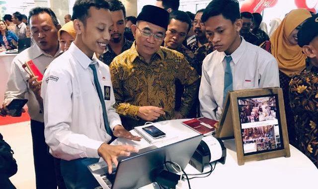 Mendikbud Muhadjir Effendy menyimak penjelasan dari siswa SMK saat pameran siswa SMK(Foto Ist.)