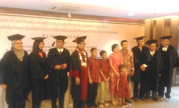 Dr. Rewindinar bersama keluarga tercintanya usai Sidang Terbuka Senat Akademik Universitas Sahid dalam Promosi Doktor Ilmu Komunikasi di Ruang Serbaguna Sekolah Pascasarjana Usahid Jakarta, Sahid Sudirman Residence, Jakarta Pusat, Sabtu, 5 Oktober 2019