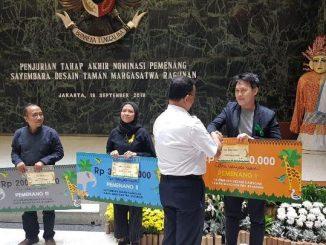 Gubernur DKI Jakarta Anies Baswedan menyerahkan hadiah kepada Tim UAJY
