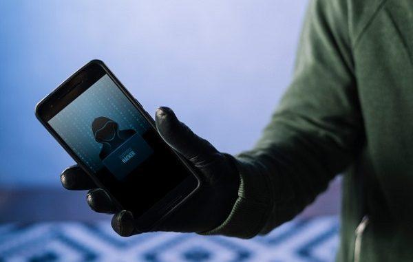 Hacker dengan ponsel di tangan