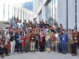 Pembicara dan pemapar Konferensi Indonesia Focus 2019 berfoto bersama Duta Besar Mahendra Siregar dan Konsul Jenderal Rosmalawati Chalid