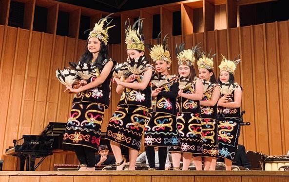 Penampilan siswa-siswi Sekolah Bogor Raya di Indonesian Cultural Caravan 2019 Northern Illinois University, De Kalb-Illinois, Jumat, 27 September 2019.