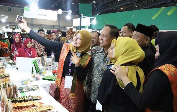 Menteri Riset, Teknologi, dan Pendidikan Tinggi (Menristekdikti) Mohamad Nasir wefie di acara Inovasi Inovator Indonesia Expo (I3E) 2019, Jakarta Convention Center (JCC) Senayan pada Kamis, 3 Oktober 2019
