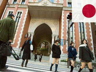 pelajar melintas di Universitas Keio Jepang