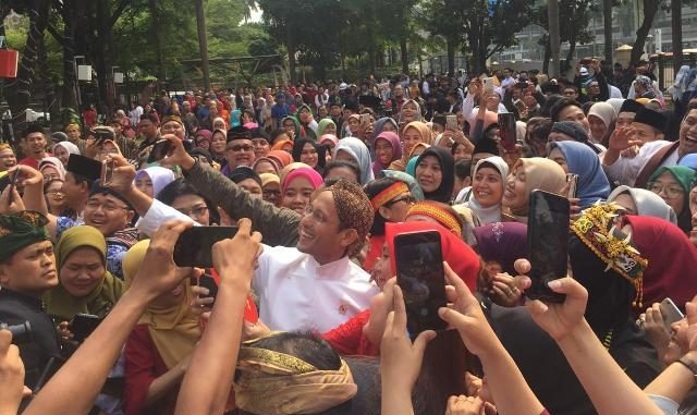 Mendikbud Nadiem Makarim berswafoto dengan pegawai Kemendikbud usai upacara peringatan Hari Sumpah Pemuda