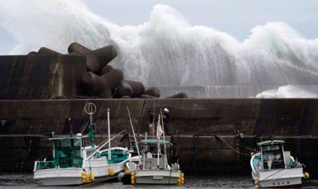 Ombak menghantam pemecah gelombang di sebuah pelabuhan di Kota Kiho, Prefektur Mie, Jepang, Jumat lalu