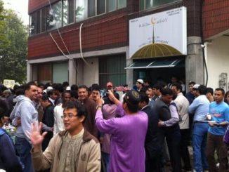 Orang Indonesia usai sholat Idul Adha bersama umat Islam dari berbagai negara di Islamic Center Daejeon, kota nomor lima terbesar di Korea