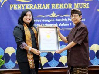 Penyerahan rekor MURI kepada Universitas Atma Jaya Yogyakarta
