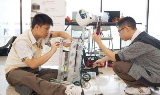 Peserta kompetisi Indonesia Robot Festival di Universitas Kristen Maranatha