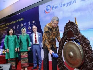 Rektor Universitas Esa Unggul Arief Kusuma (kanan) saat membuka The 1st International Conference on Health (ICOH).