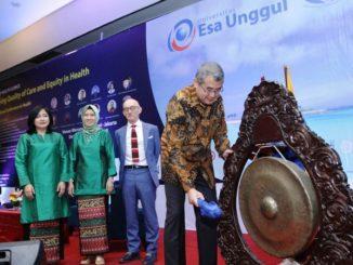 Rektor Universitas Esa Unggul Arief Kusuma (kanan) saat membuka The 1st International Conference on Health (ICOH).