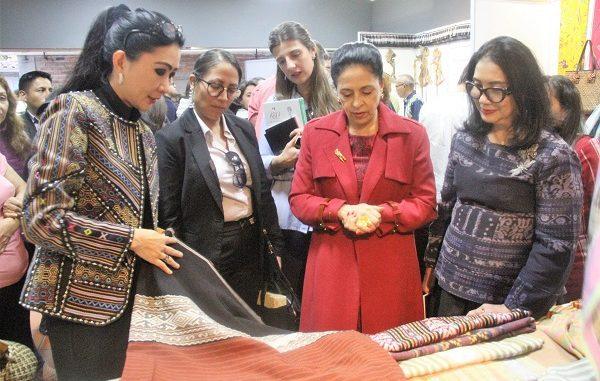 Ibu Negara Ekuador, Madame Rocio Gonzales de Moreno Garces yang hadir di CIDAP pada tanggal 3 November lalu sempat mengunjungi stand Indonesia di CIDAP. Ia mengagumi hasil kerajinan para pengrajin Indonesia