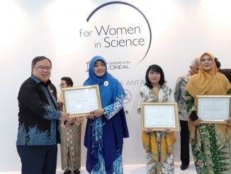 Menteri Riset dan TeknologiKepala Badan Riset dan Inovasi Nasional (MenristekBRIN) Bambang Brodjonegoro memberikan anugerah L'Oréal-UNESCO For Women in Science. (Dok.Kemenristek/BRIN)