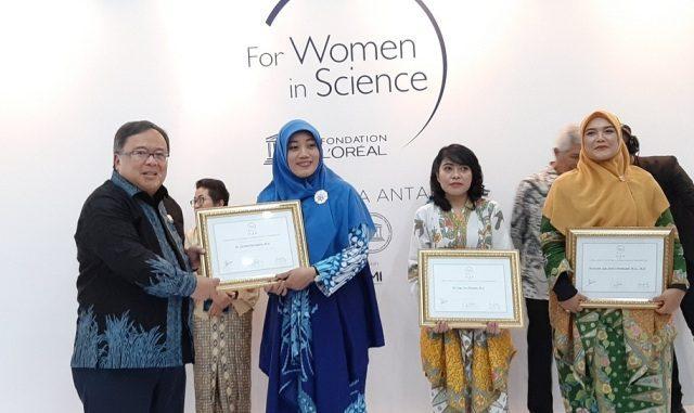 Menteri Riset dan TeknologiKepala Badan Riset dan Inovasi Nasional (MenristekBRIN) Bambang Brodjonegoro memberikan anugerah L'Oréal-UNESCO For Women in Science. (Dok.Kemenristek/BRIN)