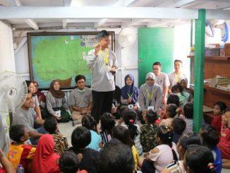 Penerima beasiswa LPDP memberikan literasi kepada anak-anak di kawasan Jakarta Utara. (Dok. Pribadi)