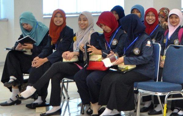 Para mahasiswi Politeknik Negeri Semarang
