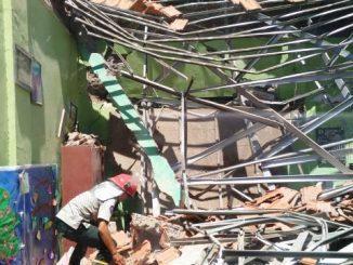 Seorang polisi mengamankan lokasi kejadian ambruknya SDN Gentong, Pasuruan, Jawa Timur. (Dok.Jatimnow)