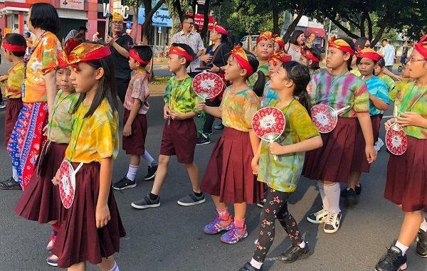 """Peserta didik SDK PENABUR Bintaro Jaya dengan batik buatannya di acara The Power of Culture """"Batik Carnival"""" di Jalan Boulevard Bintaro (depan sekolah BPK PENABUR Bintaro Jaya), Minggu, 17 November 2019, pukul 06.00-09.00 WIB"""