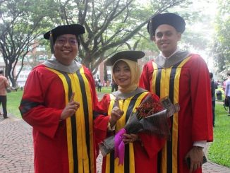 Tiga wisudawan program Magister UPH dari PT Link Net, Tbk yaitu Imaniati Teguh Putranti, Leo Borise, dan Kafin yang dilantik di Wisuda UPH November 2019