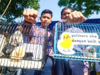 Siswa SD dan SMP di Bandung mendapat anak ayam dari Wali Kota Bandung, agar tidak kecanduan gadget. (Ist.)